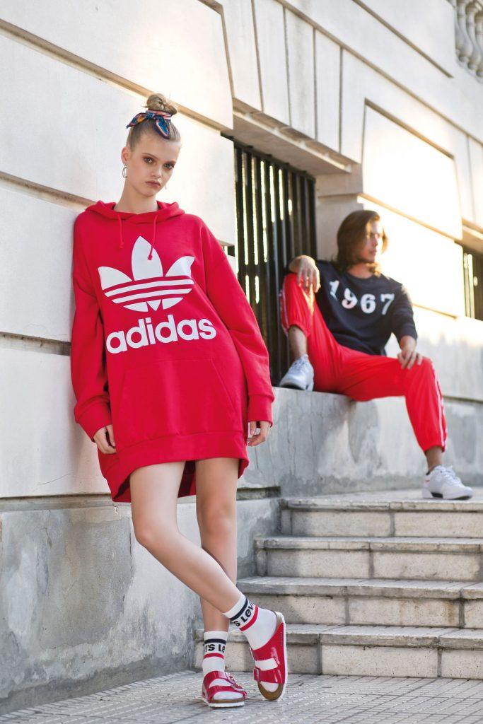 Shannon: buzo tipo vestido con capucha ($ 2.499, Adidas), aros ($ 1.090, Luna Garzón), medias (Levi's) y ojotas ($ 5.199, Birkenstock). Fran: buzo de algodón ($ 1.650, Herencia), pantalón deportivo ($ 3.199, Adidas) y zapatillas ($ 3.199, Reebok).
