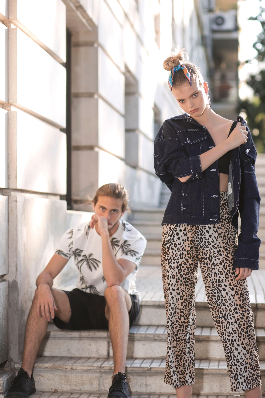 Fran: remera con estampa de palmeras ($ 980, Levi's), bermudas de algodón ($ 3.220, Key Biscayne) y zapatillas ($ 2.900, Aldo para Grimoldi). Shannon: campera oversize ($ 2.990, Las Pepas) sobre bikini ($ 1.880, Luz de Mar) y pantalón tipo pijama ($ 2.900, Uma).