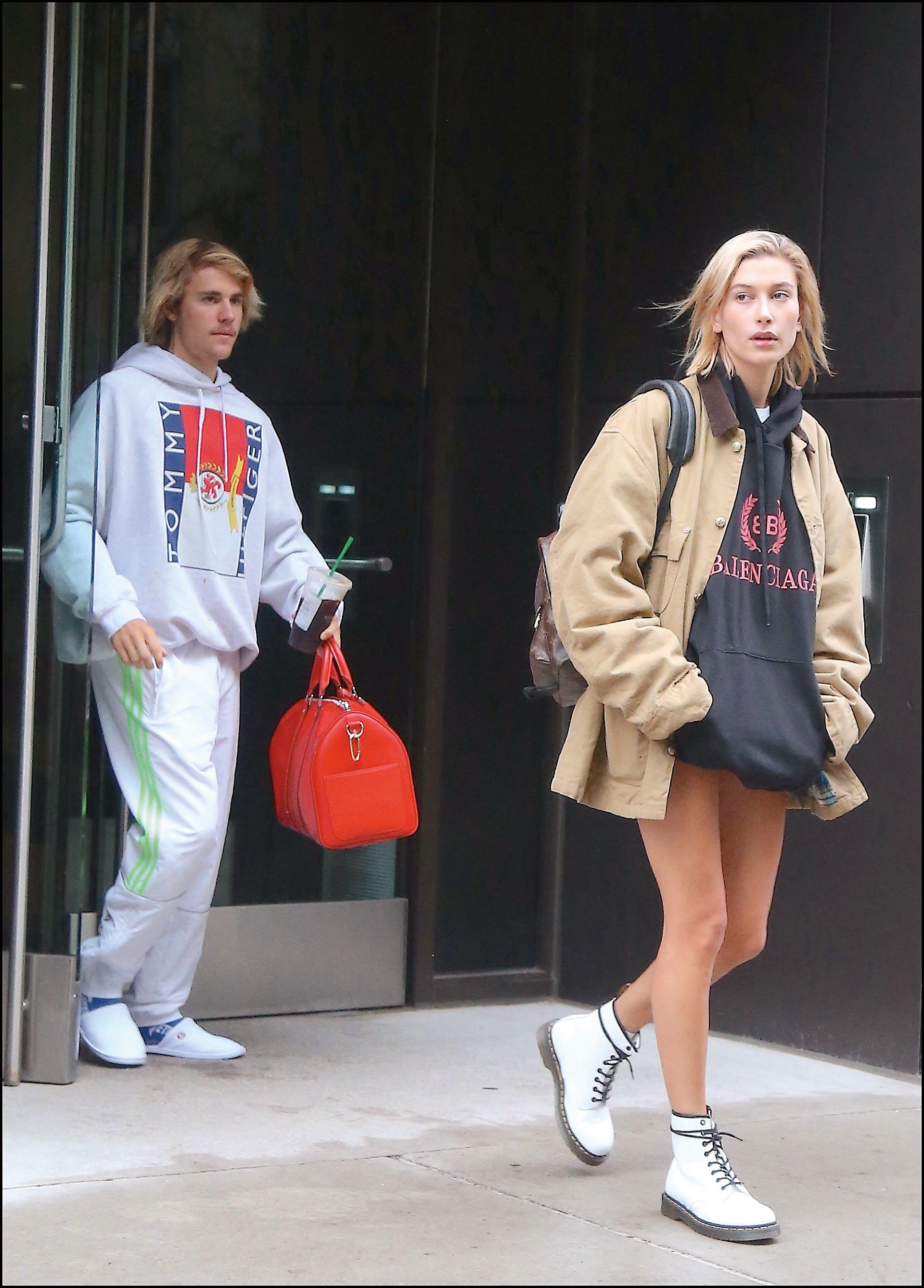 La top model y el dueño del hit Baby apuestan por prendas sport. Él las lleva con pantuflas y medias deportivas; ella con borcegos.