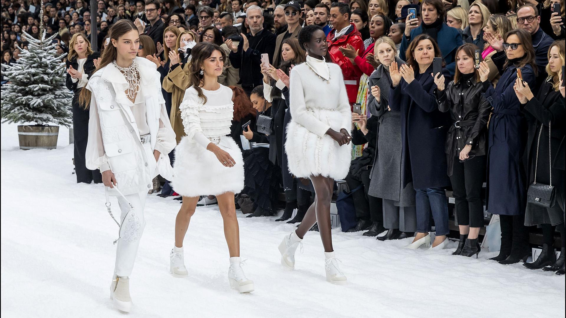 """PenÈlope Cruz, Alexandra Golovanoff - People au dÈfilÈ de mode PrÍt-‡-Porter automne-hiver 2019/2020 """"Chanel"""" ‡ Paris. Le 5 mars 2019 --- People attends the PAP F/W 2019/2020 Chanel fashion show in Paris. On march 5th 2019"""