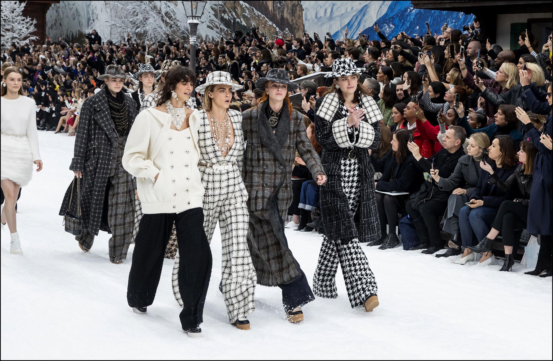 """Cara Delevingne - People au dÈfilÈ de mode PrÍt-‡-Porter automne-hiver 2019/2020 """"Chanel"""" ‡ Paris. Le 5 mars 2019 --- People attends the PAP F/W 2019/2020 Chanel fashion show in Paris. On march 5th 2019"""