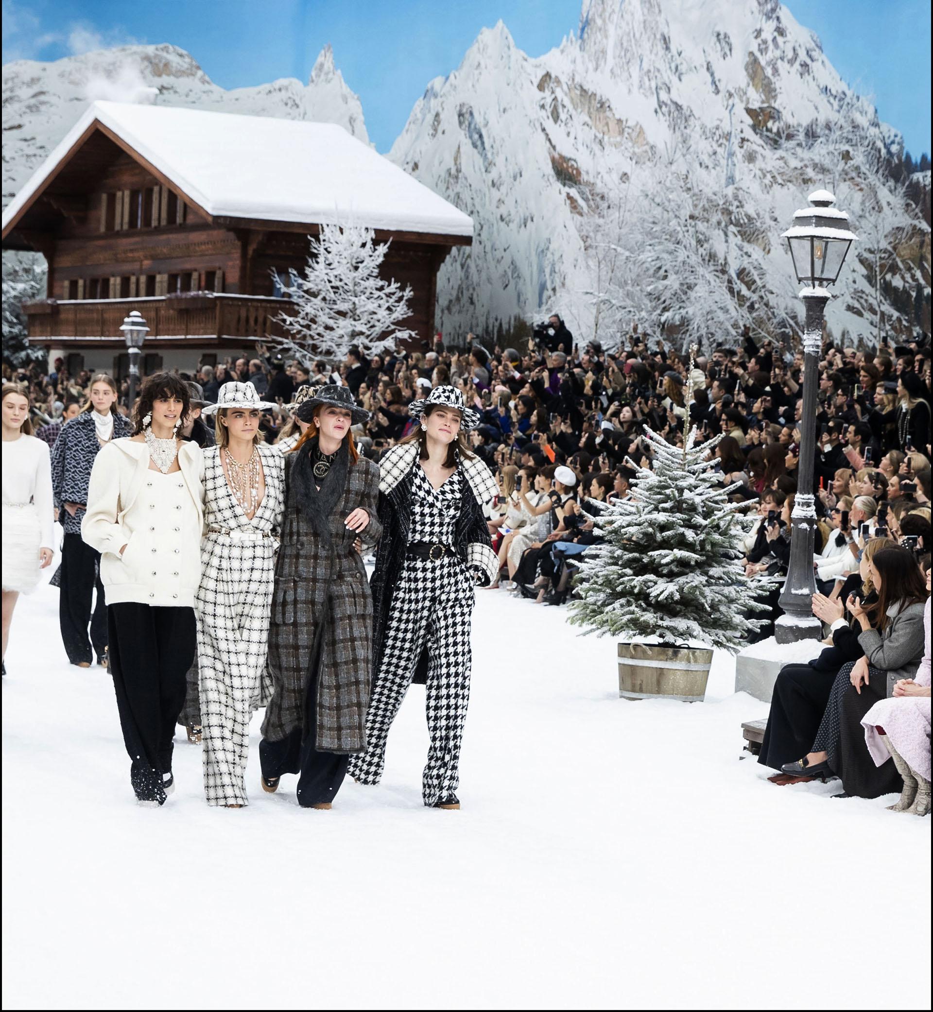 """Cara Delevingne, Anna Wintour - People au dÈfilÈ de mode PrÍt-‡-Porter automne-hiver 2019/2020 """"Chanel"""" ‡ Paris. Le 5 mars 2019 --- People attends the PAP F/W 2019/2020 Chanel fashion show in Paris. On march 5th 2019"""
