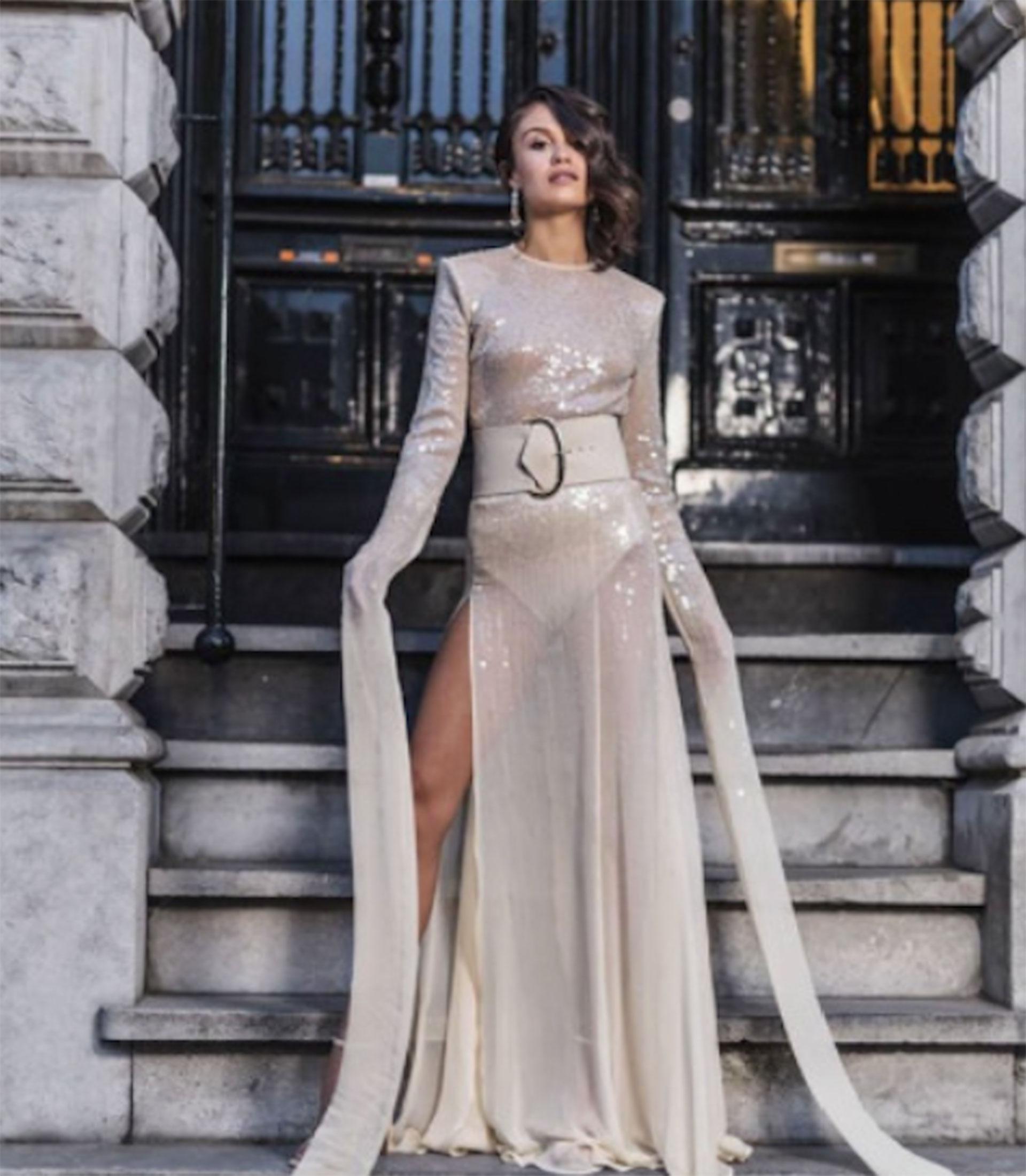 El diseño original es con falda larga y transparente.