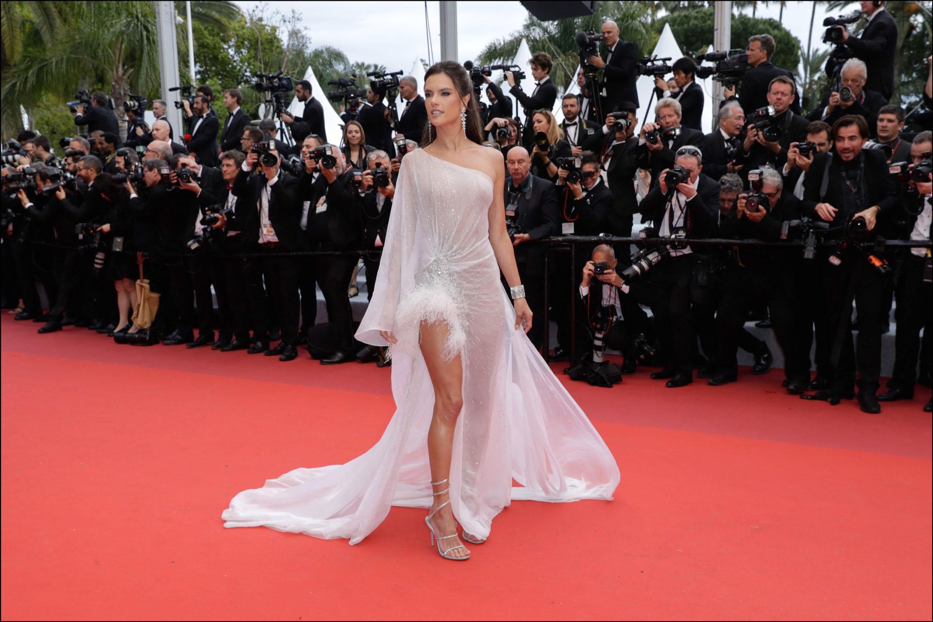"""Alessandra Ambrosio - MontÈe des marches du film """"The Dead Don"""