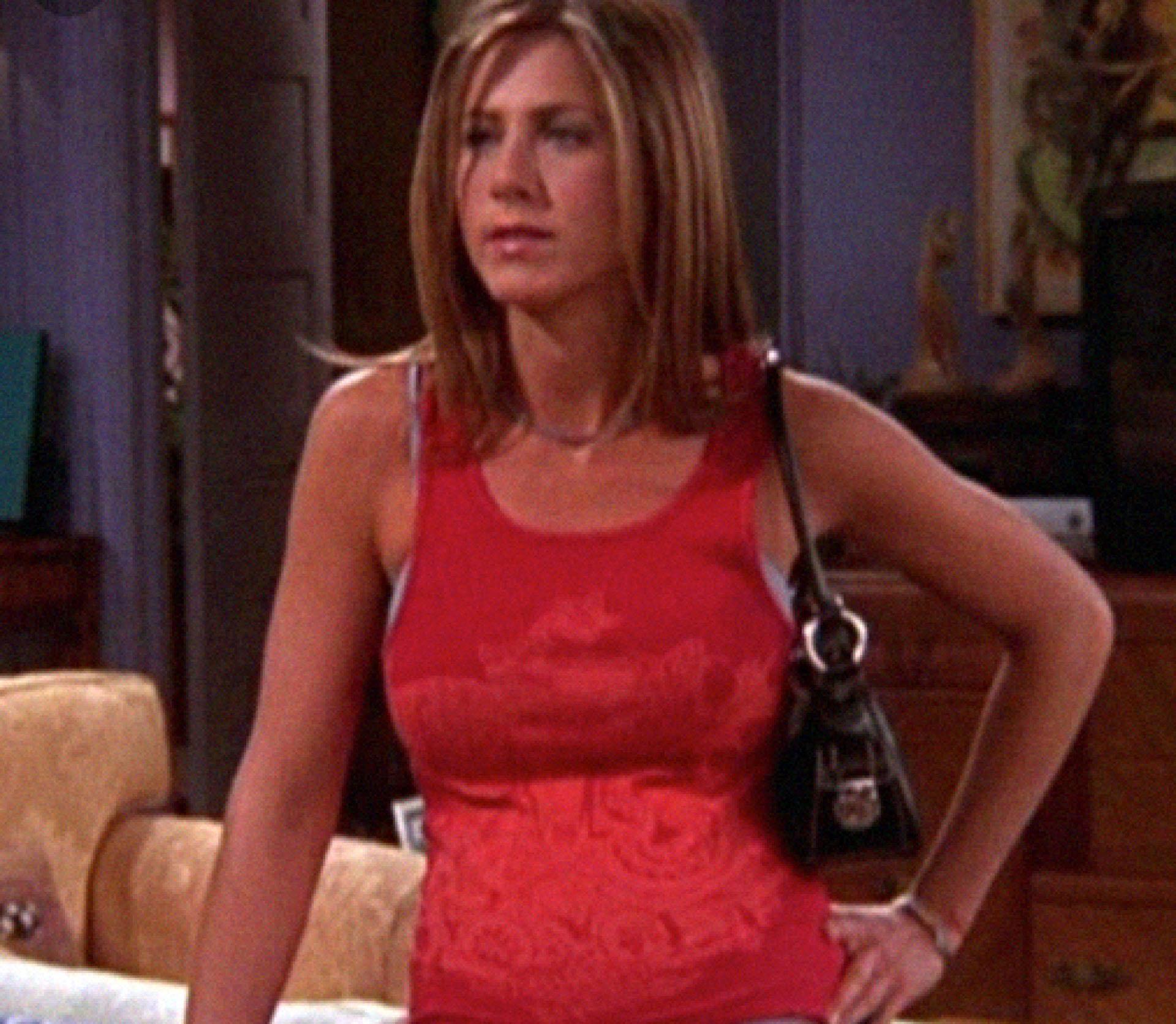 Jennifer Aniston como Rachel Green usando una cartera baguette.