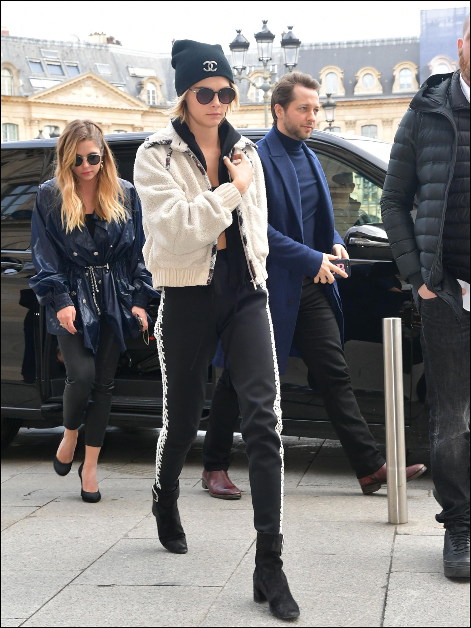 Cara Delevingne et sa compagne Ashley Benson arrivent ‡ la boutique Chanel Place VendÙme ‡ Paris le 5 Mars 2019 Cara Delevingne and girlfriend Ashley Benson are seen arriving at Chanel store Place VendÙme in Paris on 05/03/2019
