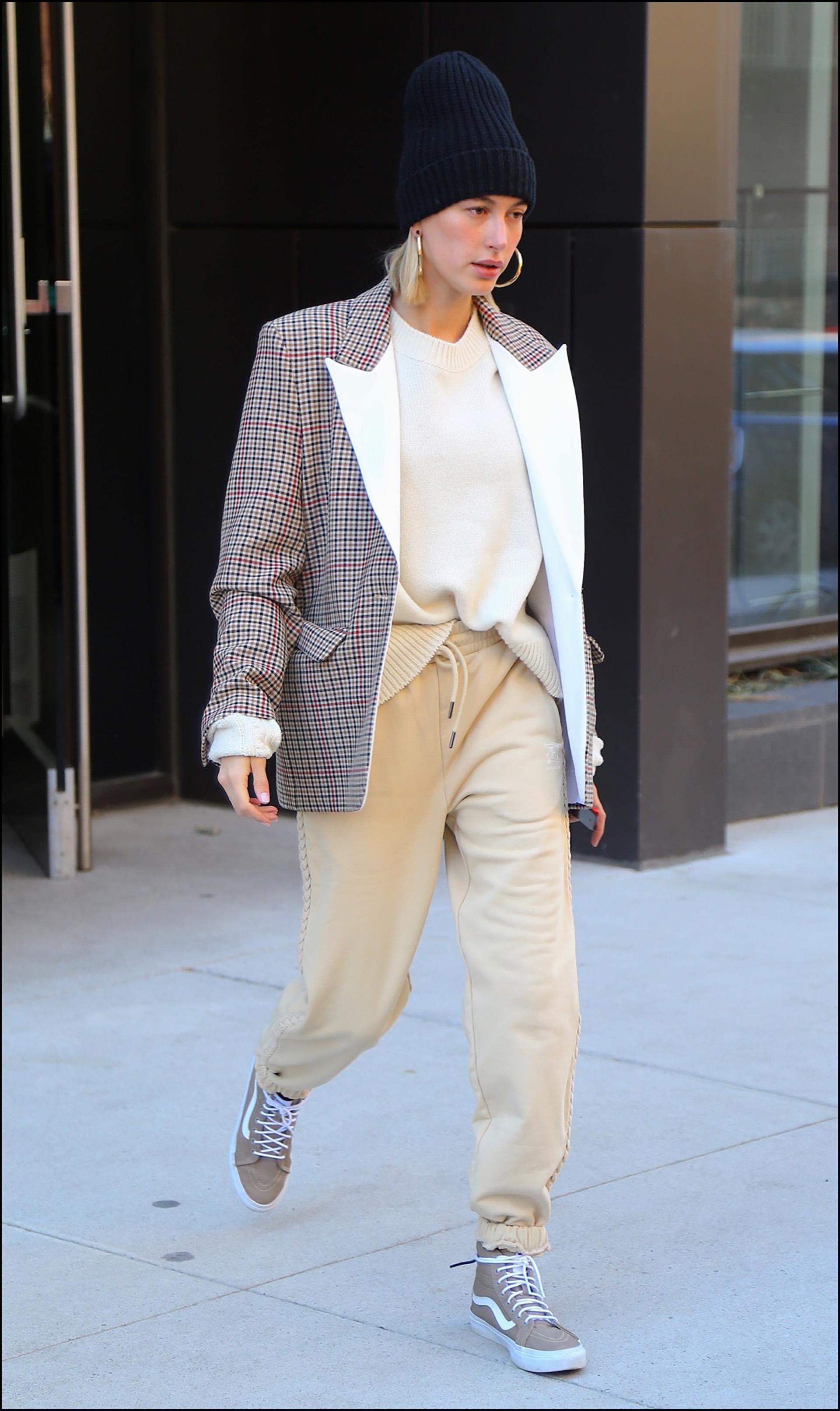 Hailey Baldwin sort de son domicile ‡ New York le 26 fÈvrier 2019. Hailey Baldwin Bieber is seen leaving her apartment in New York, on February 26th 2019.
