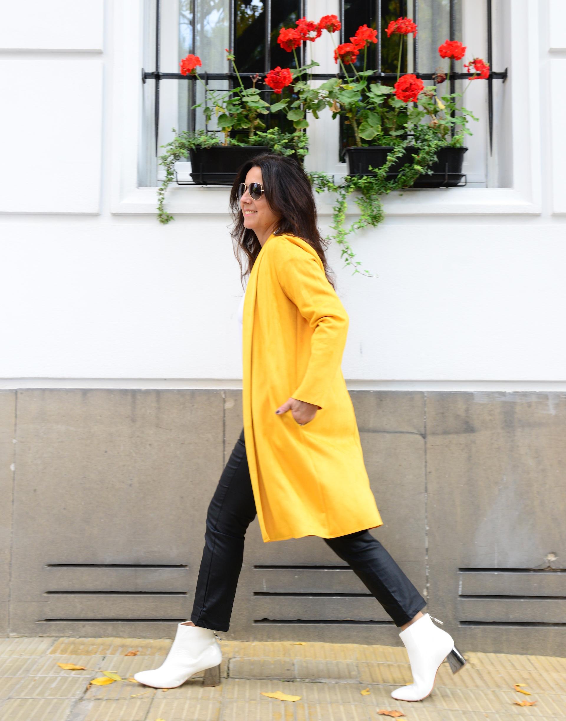 Marité Rizzo con tapado amarillo. Foto: Alejandro Carra