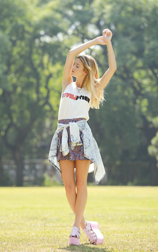 Musculosa (Muaa), falda estampada y camisa de jean (VOV Jeans), sandalias con maxi plataformas (Gemmes), gargantilla (Todo Moda).