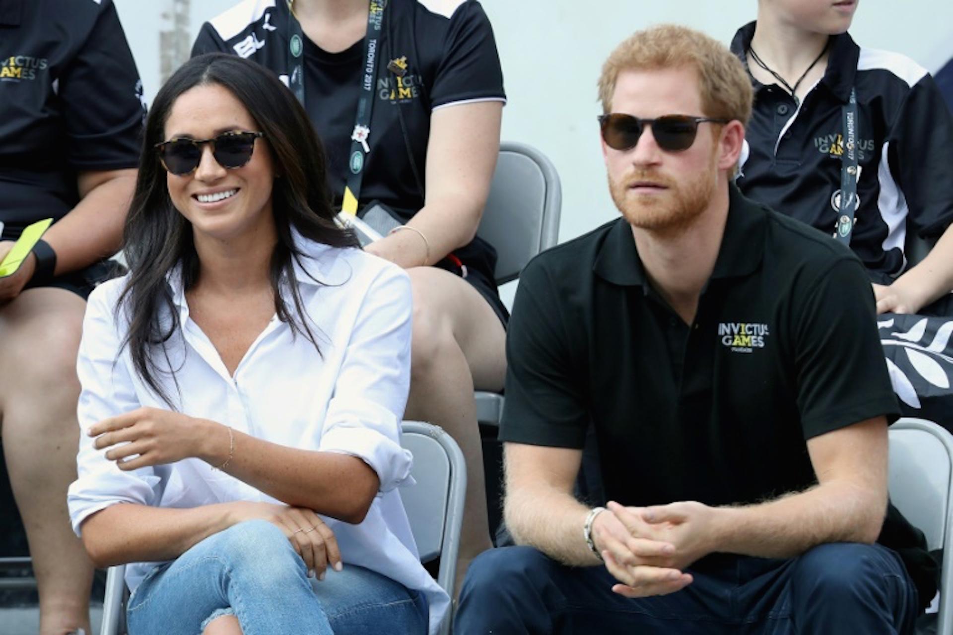 En esta foto en Toronto, el 25 de septiembre de 2017, unos meses antes de su boda con el príncipe Enrique, Meghan Markle lucía unos pantalones rasgados y una camisa informal (GETTY IMAGES NORTH AMERICA/AFP/Archivos - Chris Jackson)