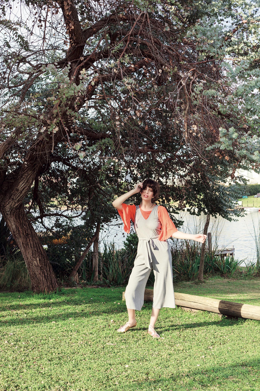 Remera de mangas acampanadas ($ 1.440, Mishka), mono tres cuartos de morley con lazo en la cintura ($ 3.500, Vitamina) y zapatos metalizados     ($ 1.500, Viamo).Foto Achi Pirovano