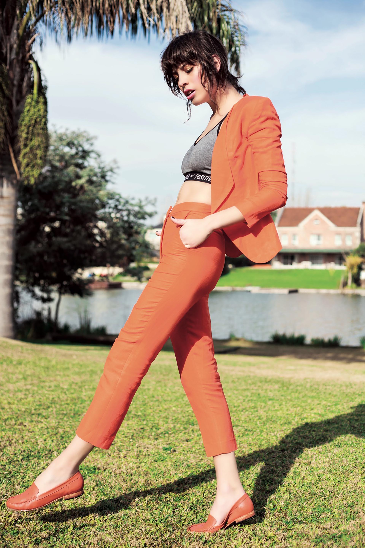 Saco y pantalón capri de lino ($ 3.920 y $ 2.360, Markova), top deportivo de algodón ($ 550, Muaa) y mocasines de cuero ($ 4.580, Mishka).Foto Achi Pirovano