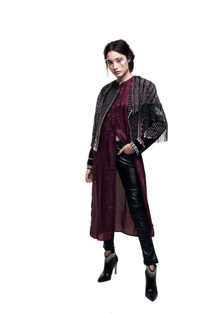 Capa bordada con flecos, saco bordado y vestido ($ 5.200, $ 7.200 y $ 4.600, Rapsodia), pantalón de cuero ($ 2.600, Kosiuko) y botas de cuero con tachas ($ 8.250, Saverio Di Ricci).