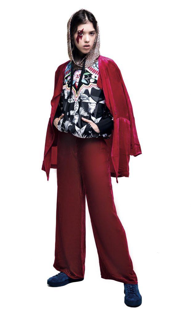 Campera corta de broccato ($ 2.900, India Style), camisa con lazo ($ 2.790, Rafael Garófalo), jean ($ 2.628, Mirta Armesto) y zapatos de charol con tachas ($ 3.290, Blaquè).