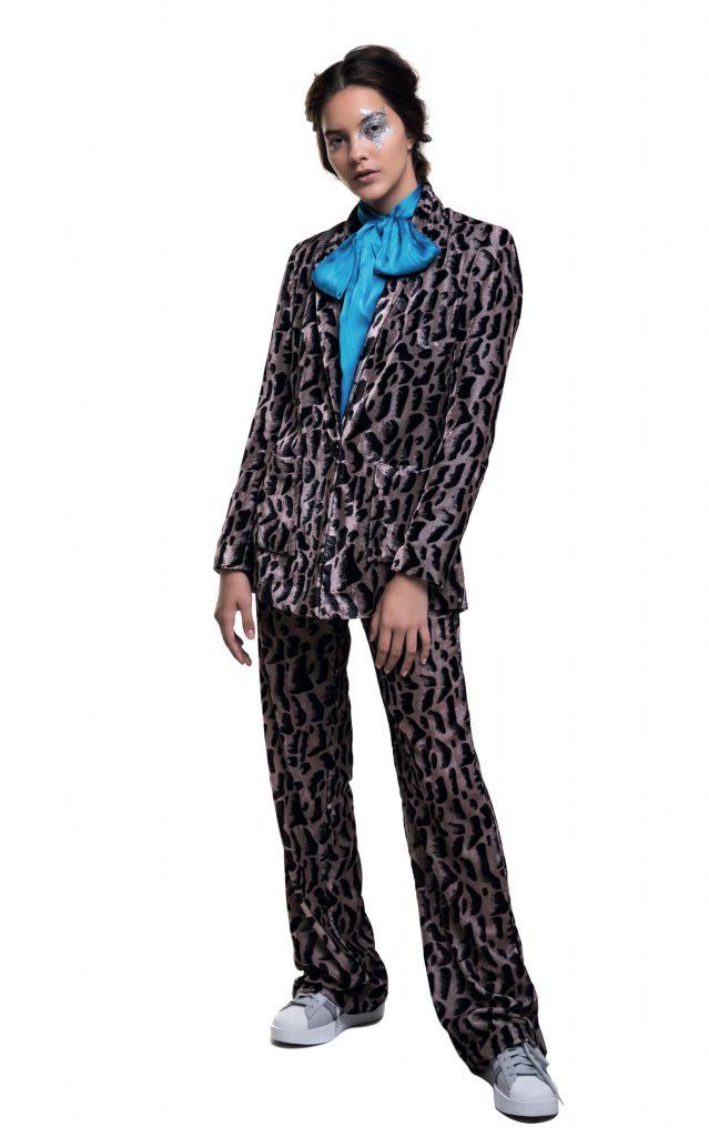 Saco y pantalón animal print de velvet ($ 5.900 y $ 4.200, Uma), camisa de seda con lazo ($ 2.640, Mishka) y zapatillas con plataforma corrida ($ 2.999, adidas).