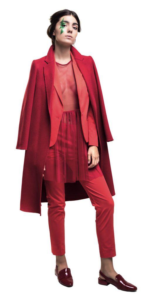 Saco y pantalón ($ 10.500 y $ 2.500, Vitamina), tapado con lazo ($ 9.500, Carmela Achaval), vestido de tul ($ 3.045, La Cofradía) y mocasines de charol ($ 2.300, a pie).
