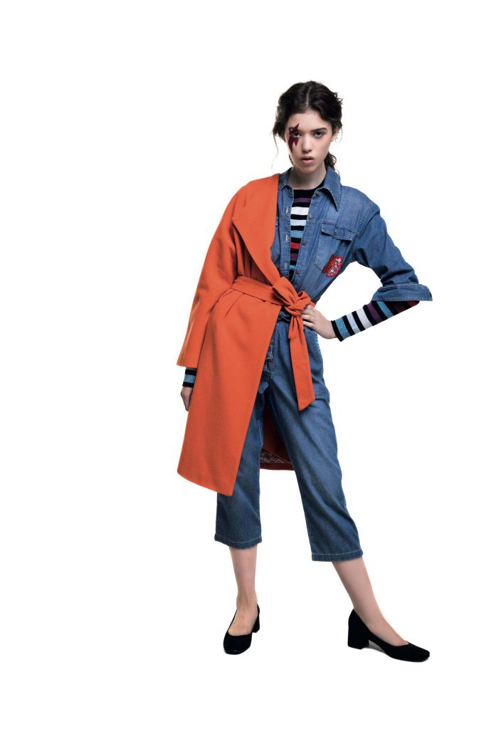 Tapado con lazo naranja ($ 7.200, Clara Ibarguren), suéter rayado ($ 2.700, Kosiuko), overol de jean ($ 3.199, Melocotón) y zapatos de gamuza ($ 2.300, a pie).