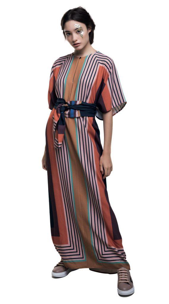 Vestido rayado con lazo ($ 4.900, Clara Ibarguren) y zapatillas de cuero (Katakali).