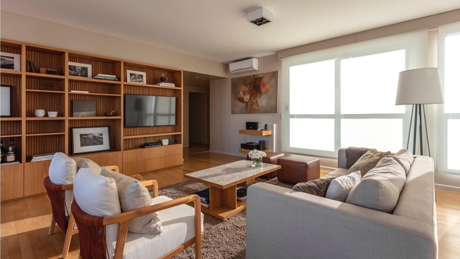 En el living, colores cálidos se combinan con neutros. Los muebles, de manufacgura contemporánea.