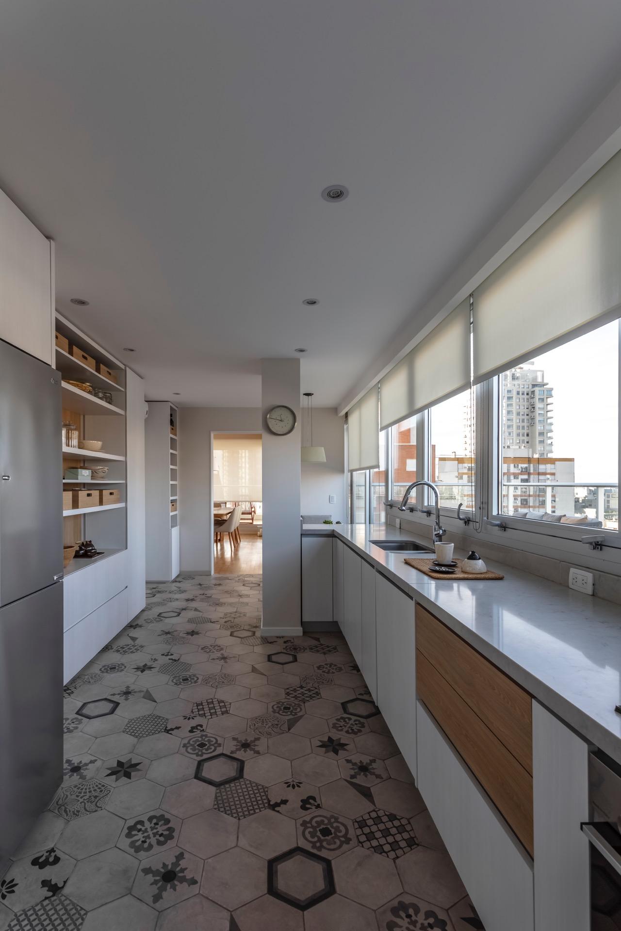 En la cocina el estudio diseñó un mueble multifunción con un gran espacio de guardado, cava y espacio para electrodomésticos.