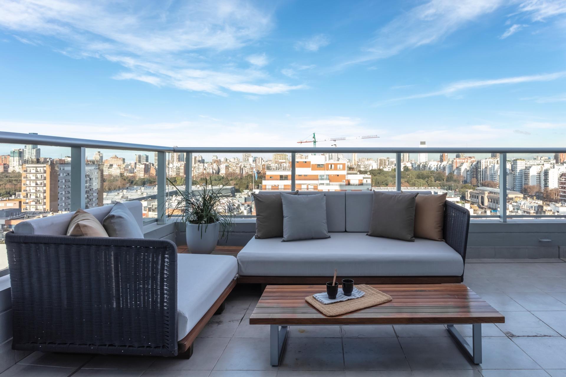 En el balcón terraza se armó un living de exteriores con muebles de diseño contemporáneo.