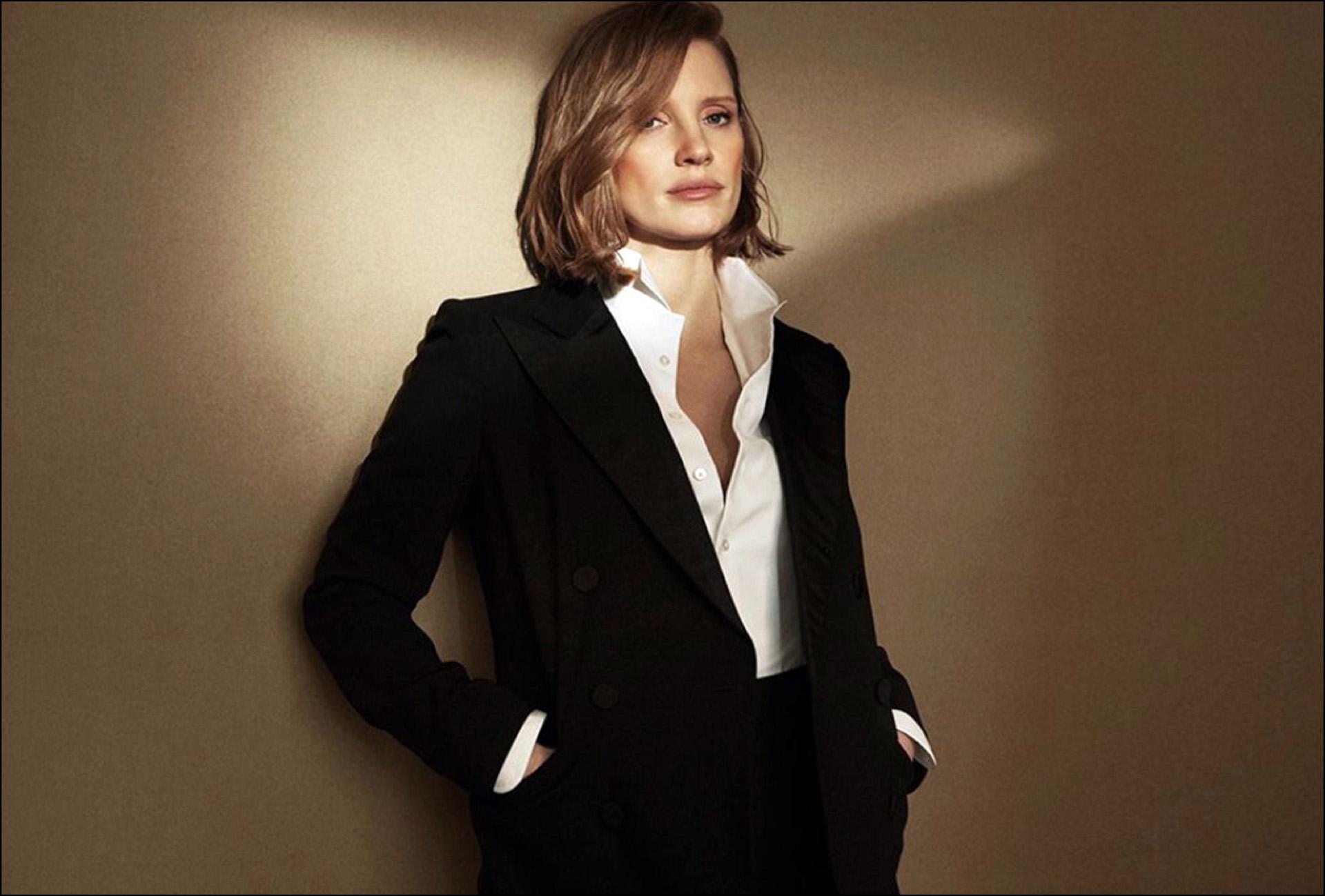 Jessica Chastain, en traje, para la campaña del nuevo perfume de Ralph Lauren.