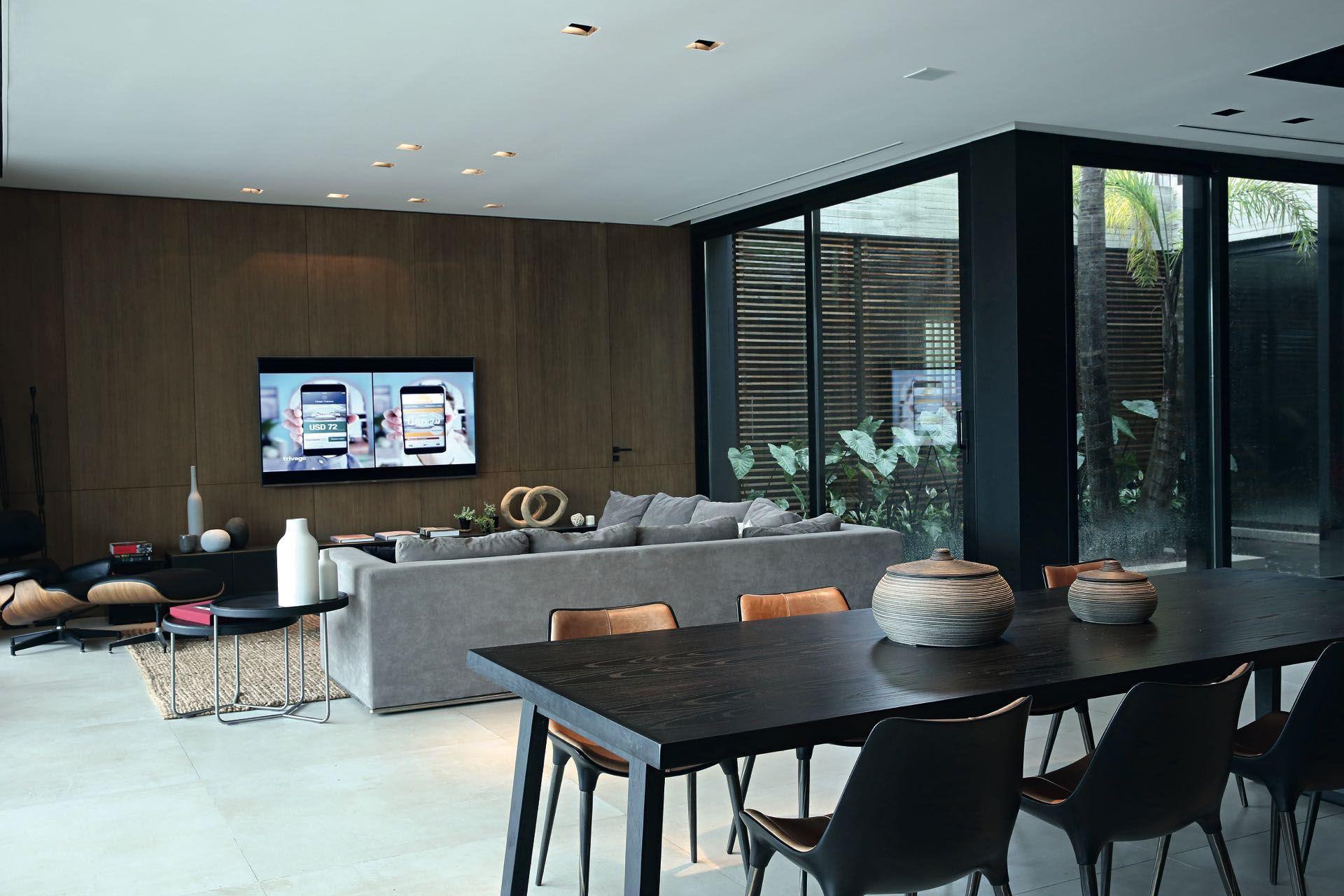 En el área social rigen los tonos neutros y los muebles de diseño contemporáneo.