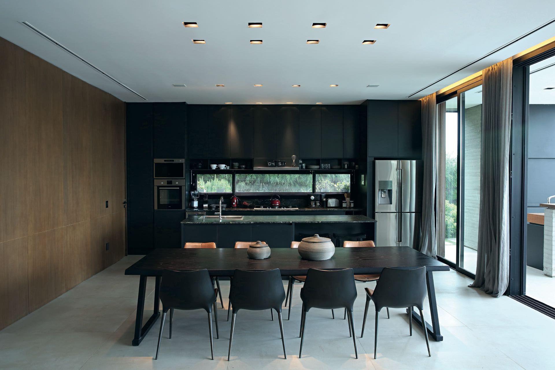 Madera oscura para los muebles del comedor y la cocina. Diseños depurados y funcionalidad a la carta.
