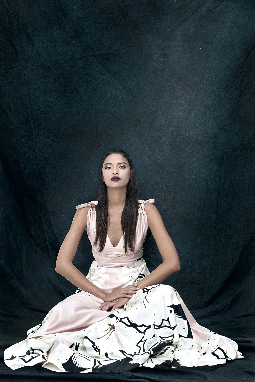 Vestido de seda con estampa exclusiva combinado con tul/red.