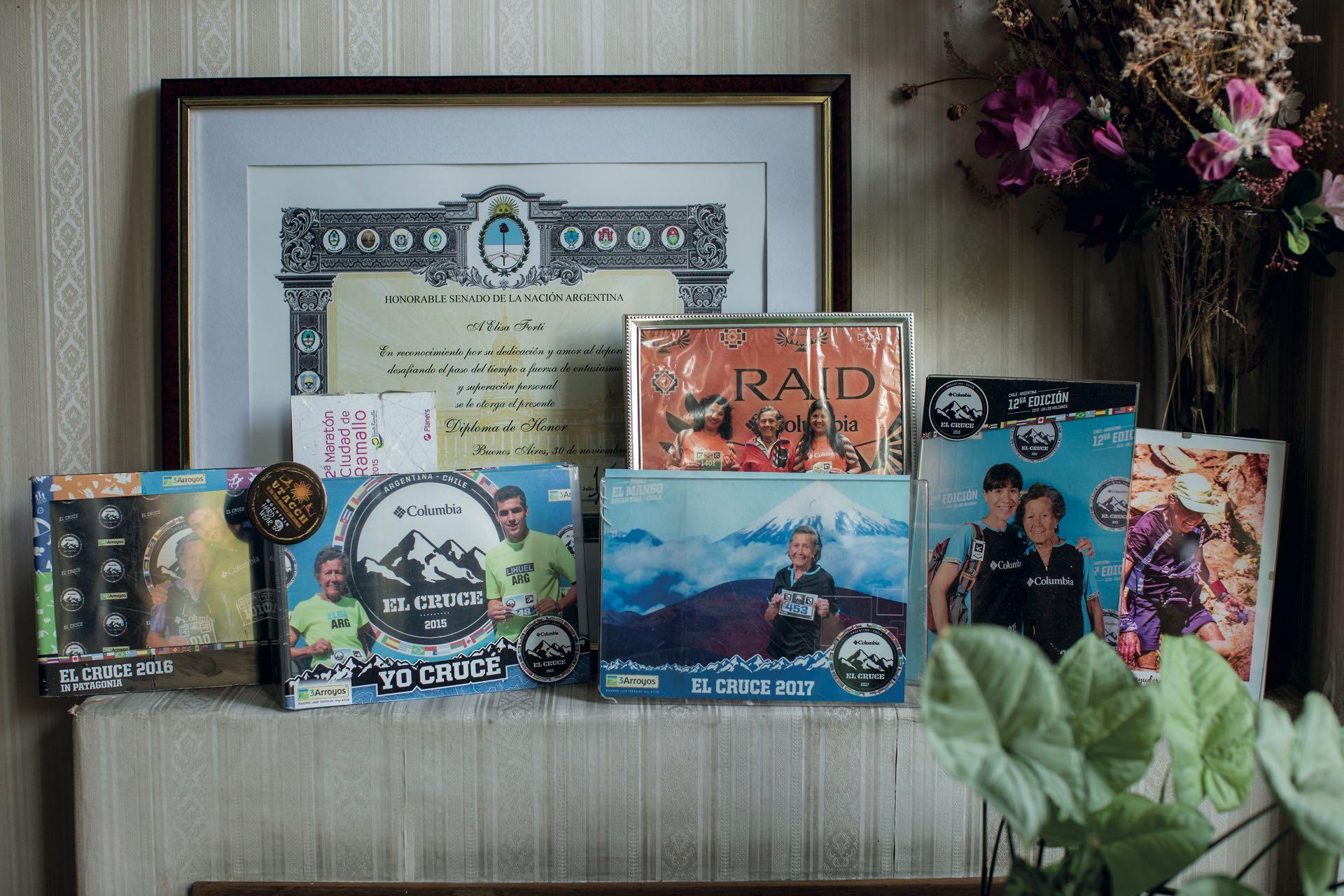 En un rincón de su casa, Elisa tiene fotos y tarjetas conmemorativas de cada carrera y cruce de los Andes en los que participó.