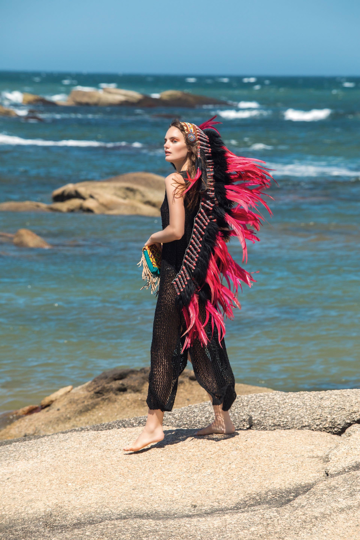 Vestido de red con cuello de cuero ($ 2.990, Allô Martínez), y sobre con flecos ($ 2.136, Var's).Foto Fernando Venegas/ Para Ti