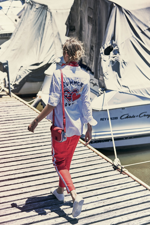 Camisa con apliques en la espalda ($ 2.400, Tommy Hilfiger), pantalón con raya y lateral (Carmela Achaval) y tote bag ($ 5.188, Tommy Hilfiger). Foto: Chino Toccalino/ Para Ti