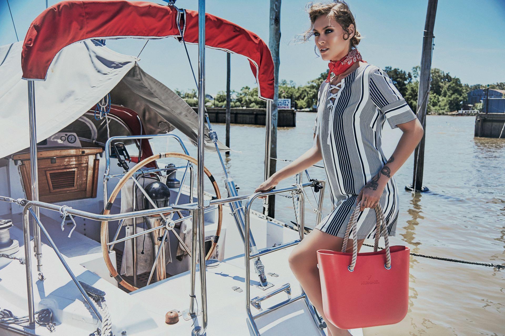 Vestido ($ 2.300, Clara Ibarguren), pañuelo ($ 999, Wanama) y bolso de goma($ 2.105, Humms). Foto: Chino Toccalino/ Para Ti