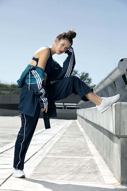 Top con espalda cavada (Onica), campera con capucha (Adidas), jogging con red (Fila) y zapatillas (Reebok).