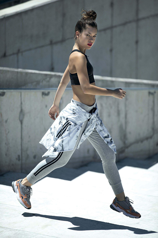 Campera estampada (Adidas), top con espalda de competición (New Balance), calza con puños (Class Life) y zapatillas (Adidas).