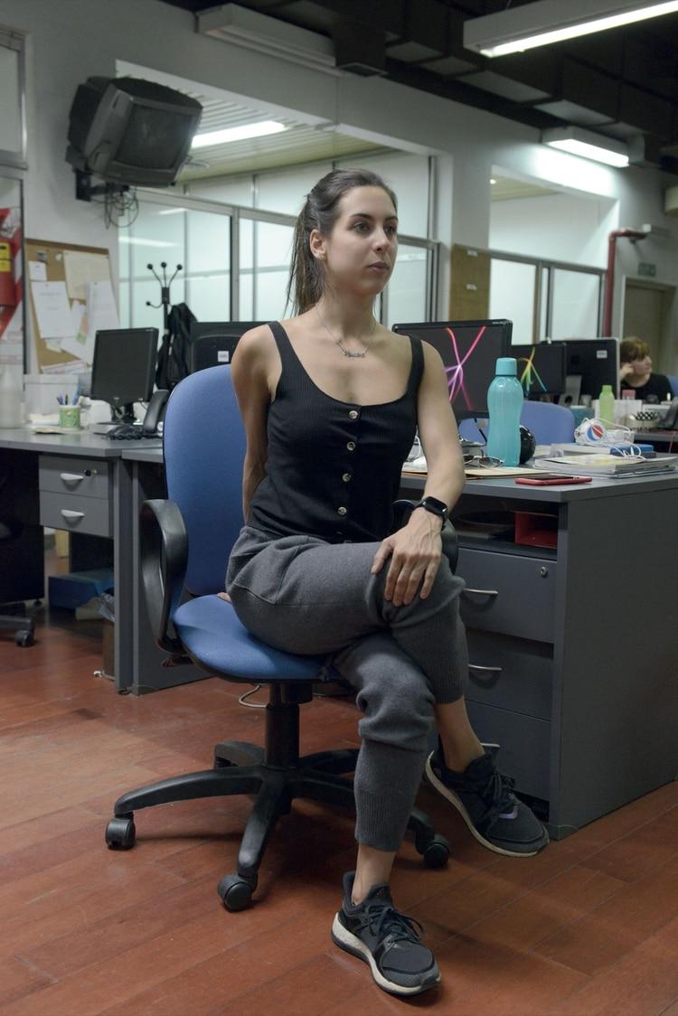 1. Sentada, cruzá la pierna derecha sobre el muslo izquierdo, sostené y mantené la parte baja de la espalda (zona lumbar) lo más recta posible. Cruzá el brazo izquierdo, que ejerza una suave presión sobre el muslo derecho.