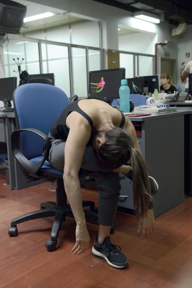 3. La cabeza y los brazos deberían colgar relajados. Sostené 30 segundos e incorporate lentamente. Repetí hacia el otro lado.