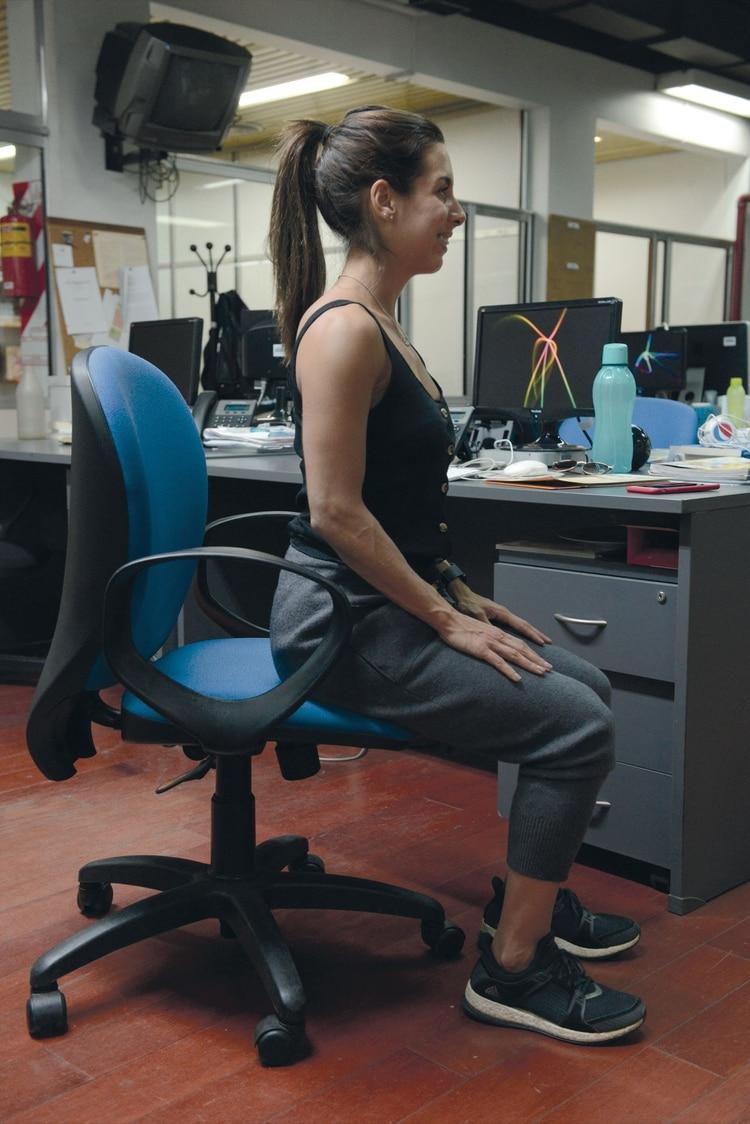1.Sentate de tal manera que los pies toquen el piso.