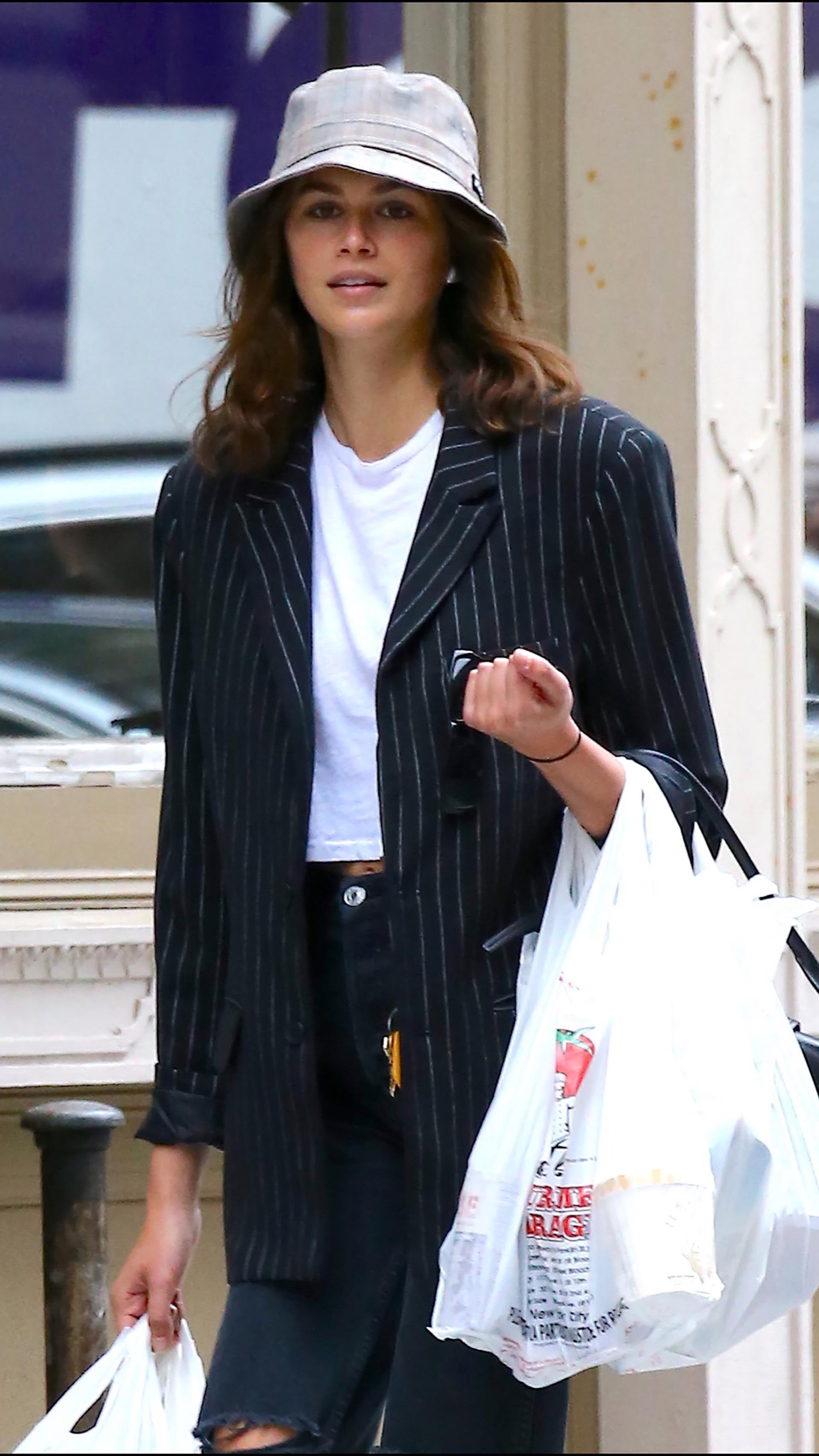 Kaia Gerber sorprendida con las bolsas de las compras, en las calles de Nueva York.
