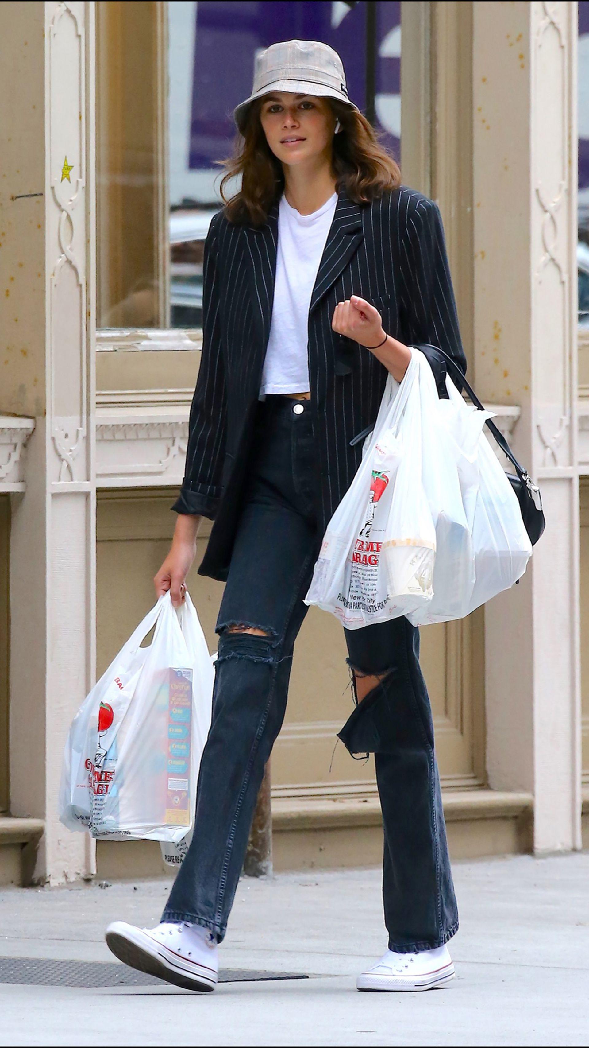 La modelo se vistió con un look muy parisino.