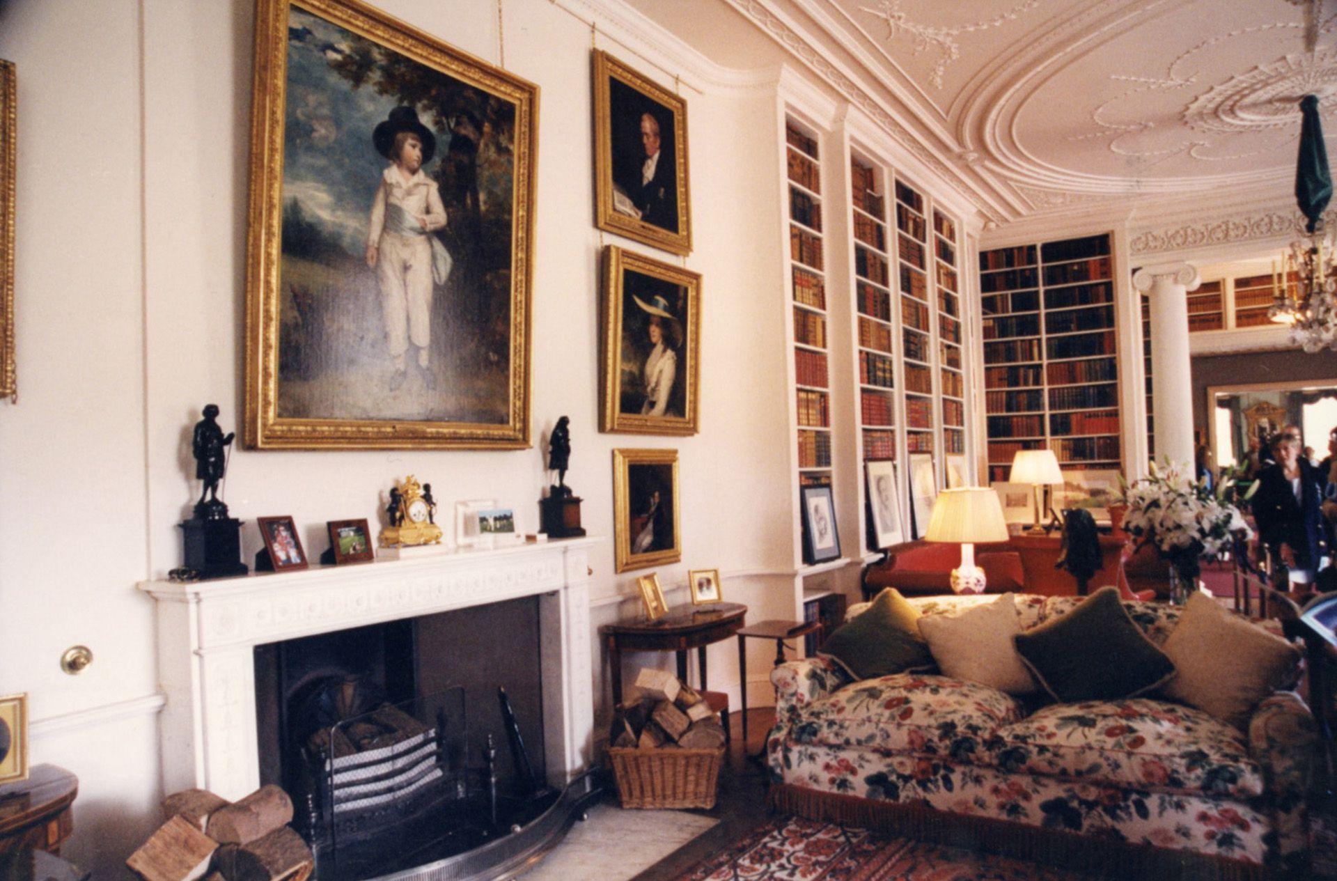 Obras de arte abundan en las salas de la mansión.