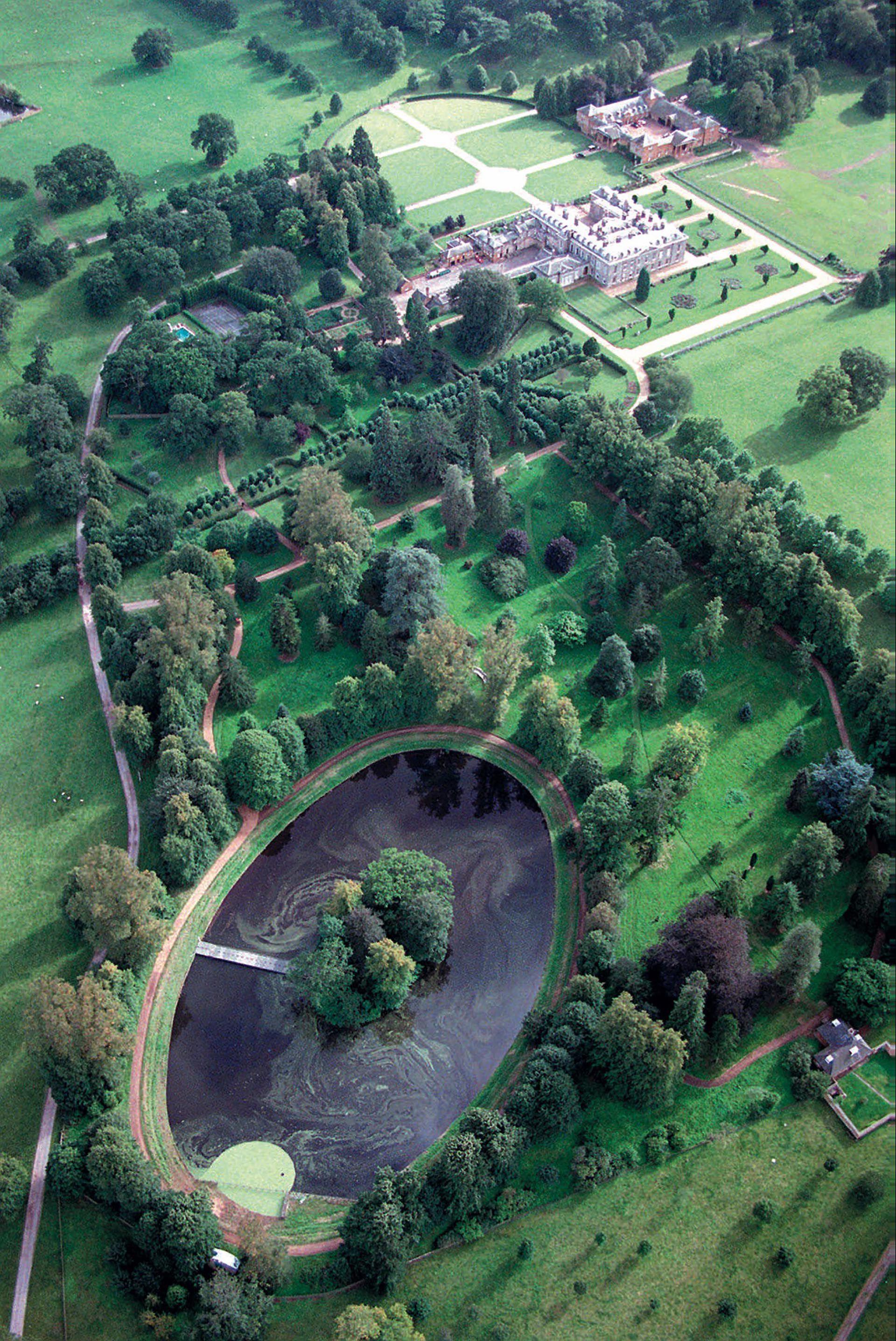 Vista aérea de la isla en el lago Oval. Allí descansa el cuerpo de la princesa de Gales.