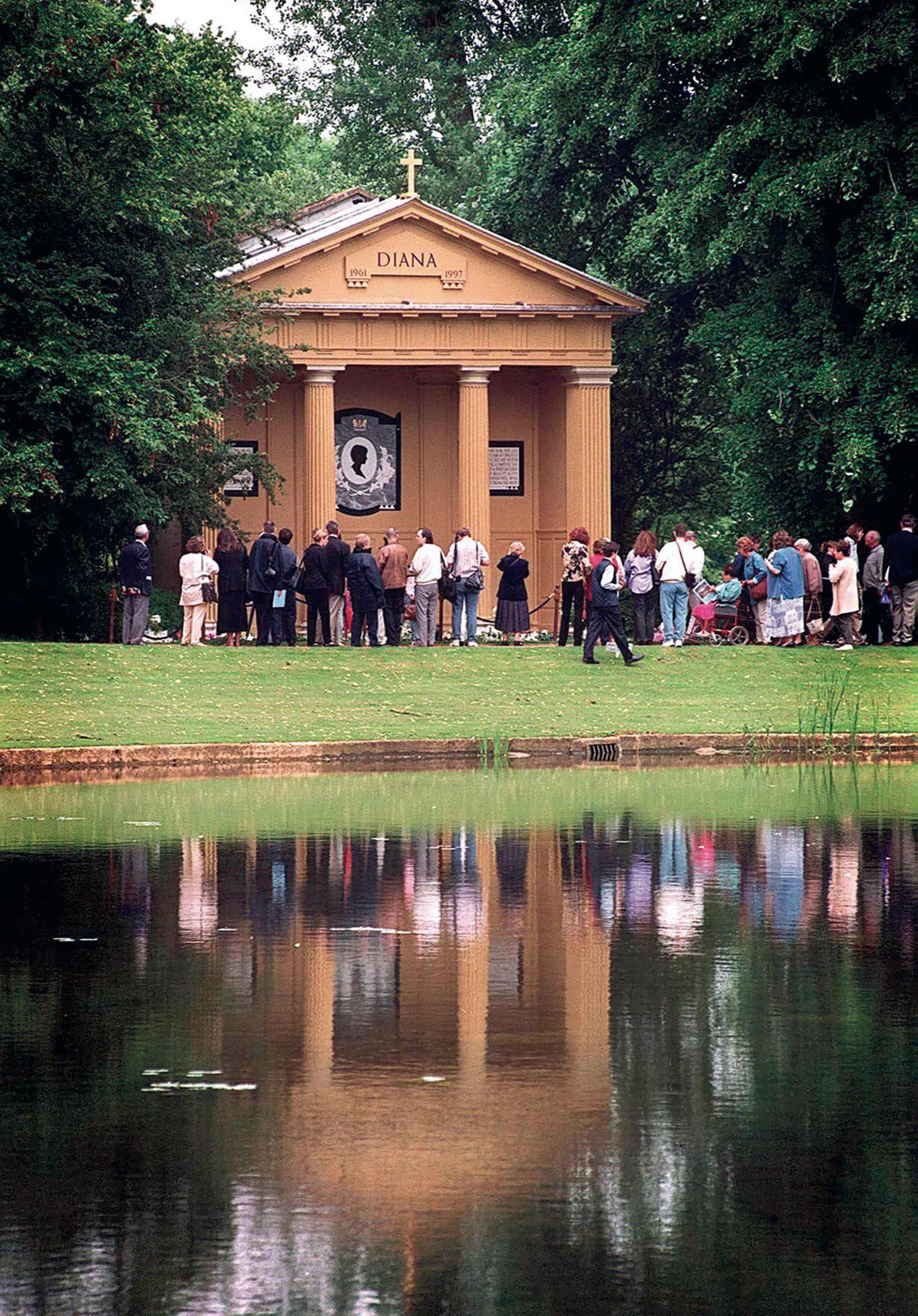 En los jardines, el tempo dedicado a Diana, donde sus admiradores podrán rendirle tributo.