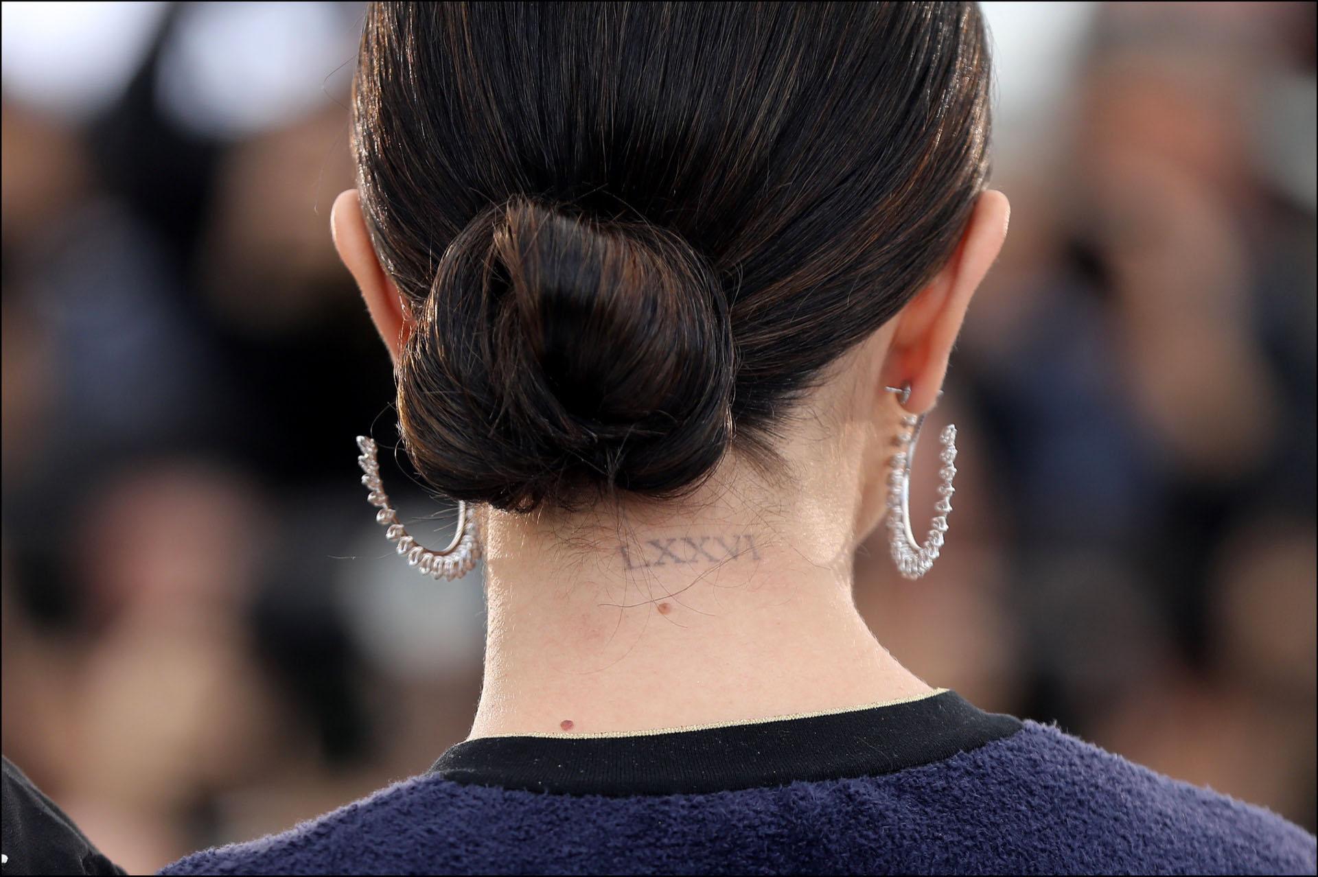 Al descubierto el tatuaje más importante que Selena lleva grabado en su cuerpo: la fecha de nacimiento de su mamá.
