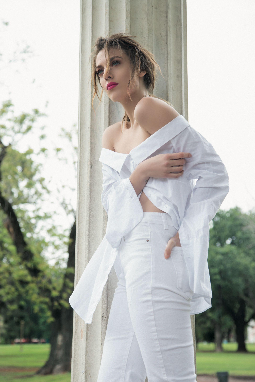 Camisa off the shoulders ($ 399, Basement) y jean recto al tobillo ($ 2.200, Wanama). Foto Juan Jauregui