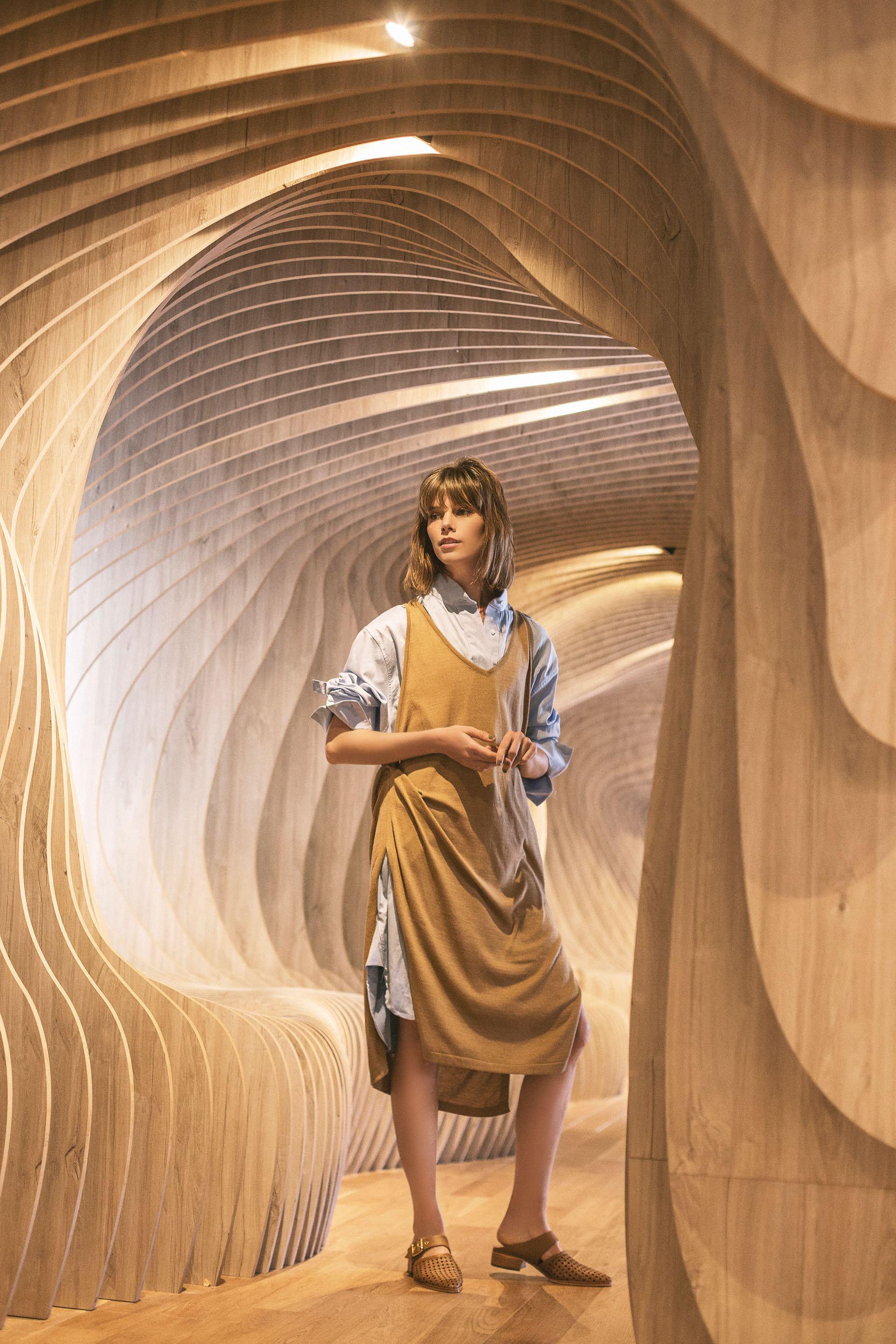 Camisa de algodón ($ 3.700, Alen), vestido de hilo ($ 4.250, Roma Renom) y zuecos de cuero calado ($ 4.950, Valdez).Foto Chino Toccalino/Para Ti
