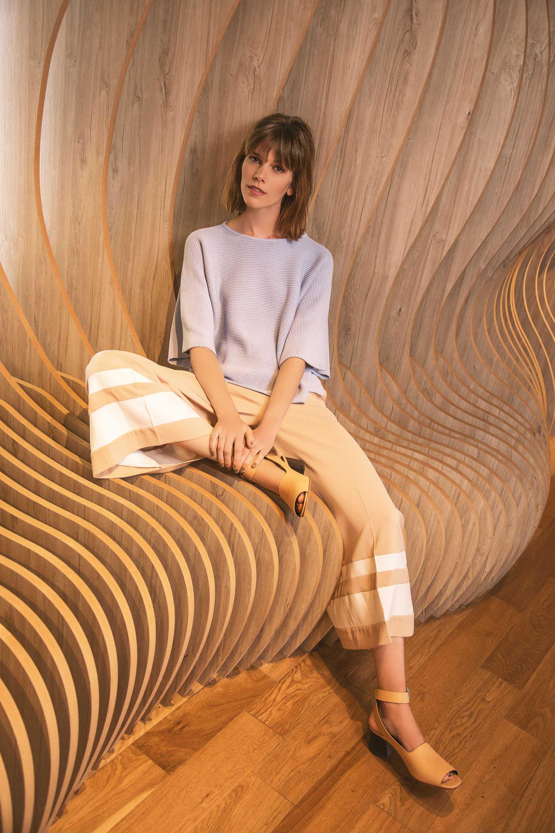 Suéter corto ($ 1.790, Las Pepas), pantacourt bicolor (Cher) y sandalias de cuero ($ 5.360, Mishka).Foto Chino Toccalino/Para Ti