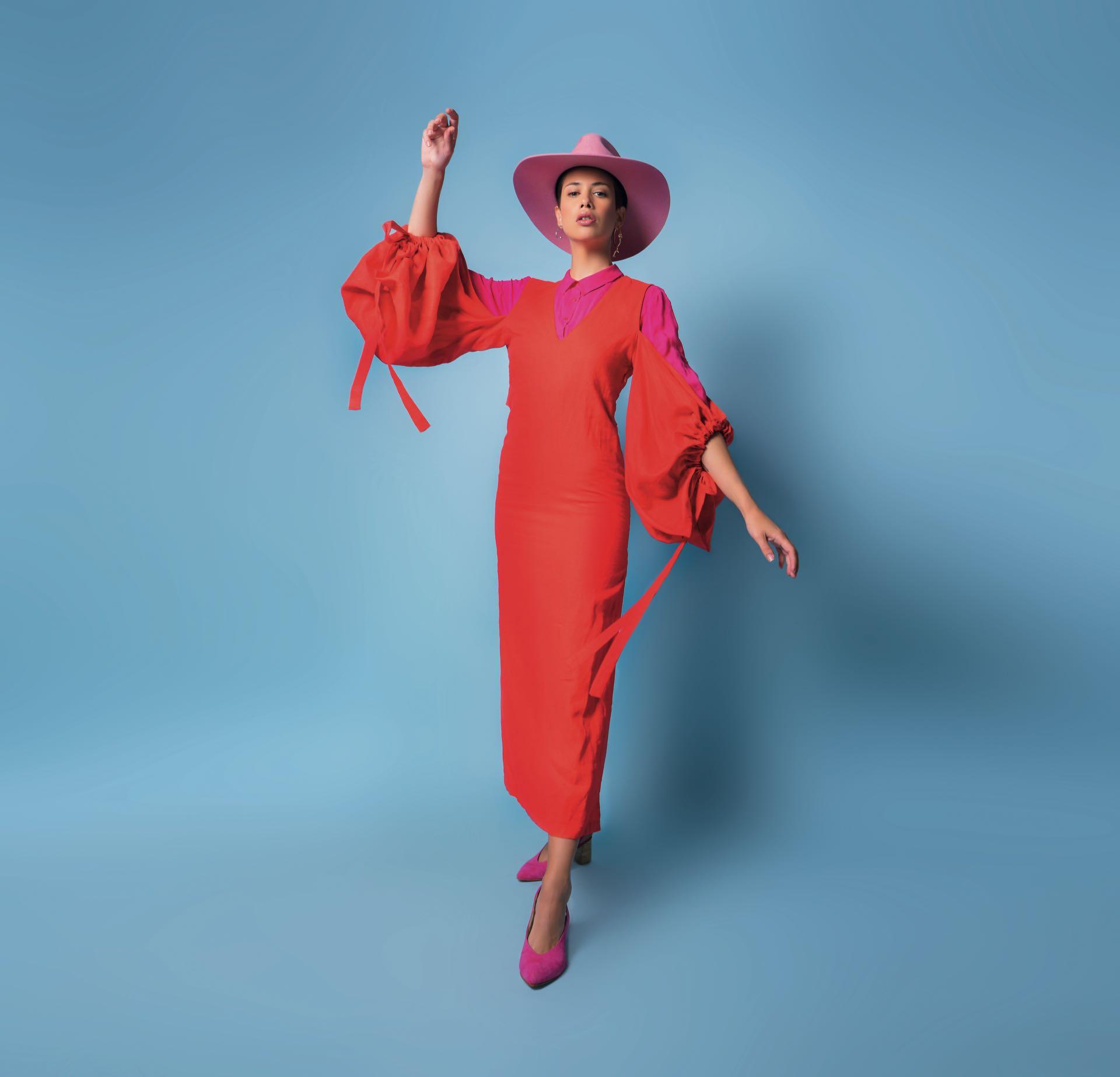Camisa ($ 1.599, Ted Bodin), vestido de lino con mangas amplias ($ 3.500, Allô Martínez) y zapatos de gamuza ($ 4.200, Lomm).Foto: Juan Jauregui/ Para Ti