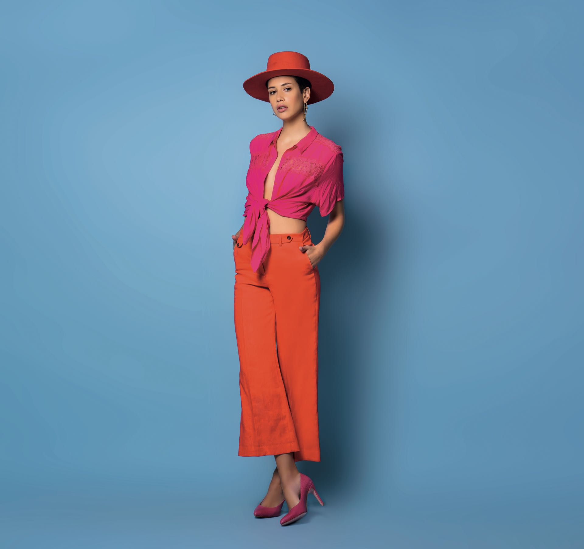 Camisa con detalles de encaje ($ 1.599, Etam), pantalón de lino (Carmela Achaval) y stilettos de cuero grabado ($ 4.600, Saverio Di Ricci).