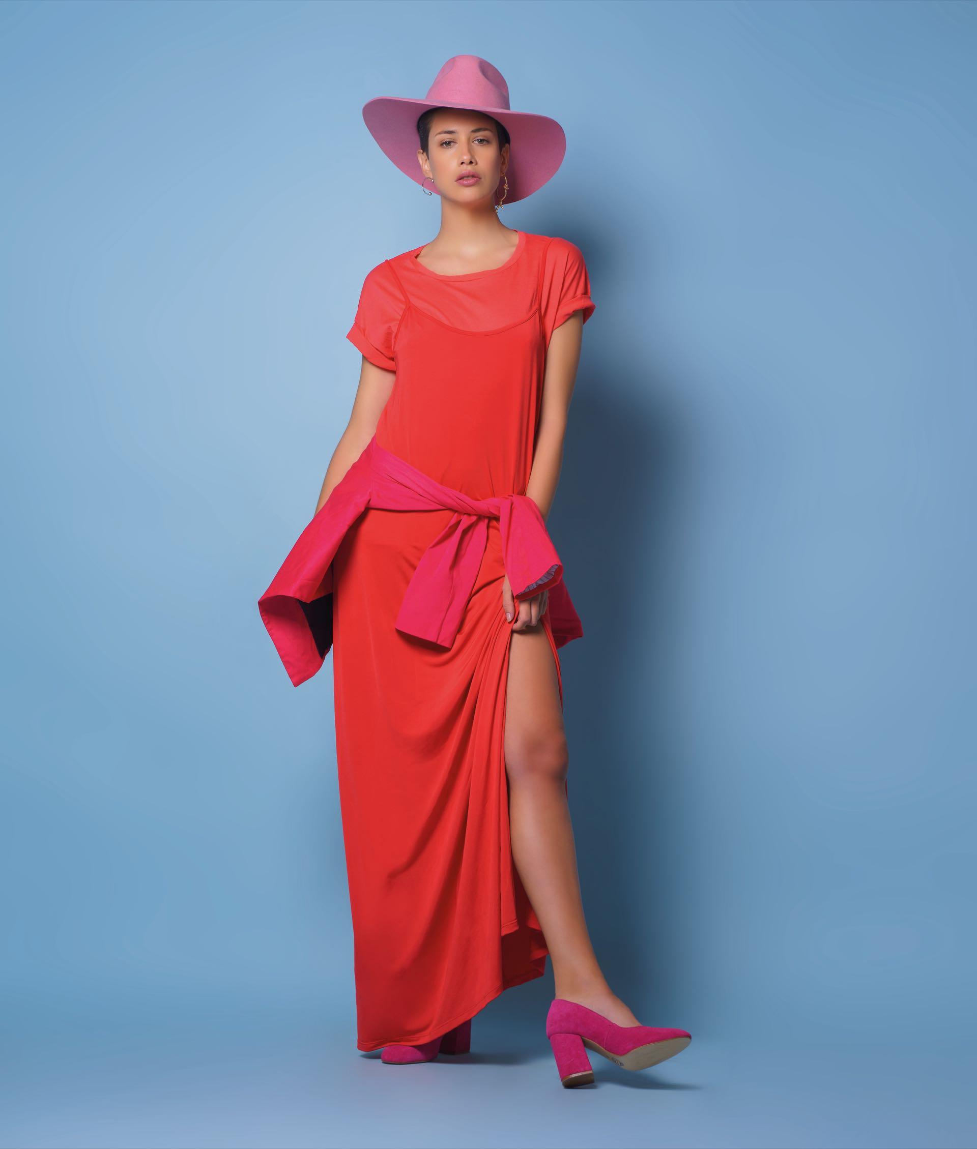 Remera de algodón y vestido de morley ($ 449 y $ 1.035, Ossira), blazer atado enla cintura ($ 1.790, Estancias)y stilettos de gamuza ($ 2.250, Viamo).Foto: Juan Jauregui/ Para Ti